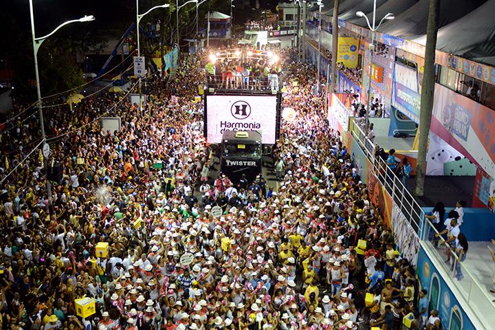 Circuito Osmar : Harmonia do samba arrasta multidão no circuito osmar veja as